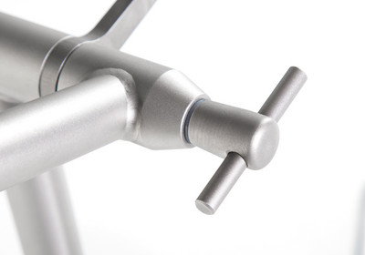 Fixation of the height-adjustable handle bar with practical butterfly handle.